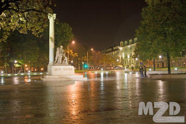 Oglądasz zdjęcia z artykułu: Budowa placu przed pomnikiem Henryka Sienkiewicza